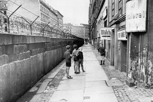 the-berlin-wall-separating-west-berlin-everett